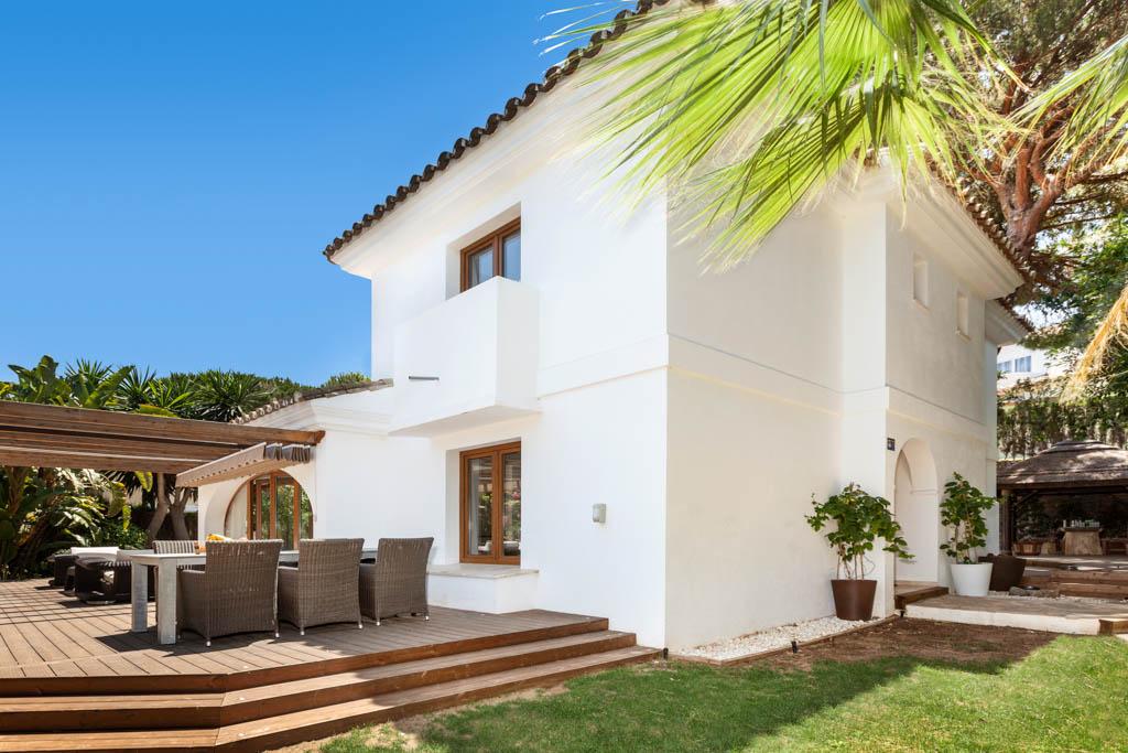 charming, luxury, villa, swimming pool, lush garden, decked terrace, beach dunes, sun, sea, golf, bargain, location, investment, marbella, elviria, sol, mar